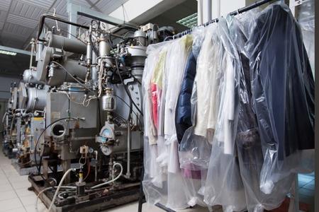 כביסה תלויה ליד מכונות כביסה
