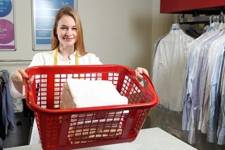 בחורה מחזיקה סל כביסה