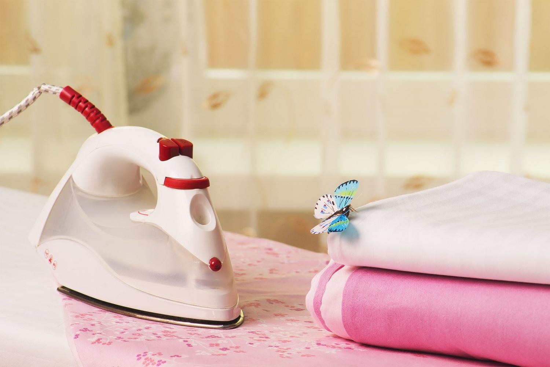 מגהץ וכביסה מקופלת